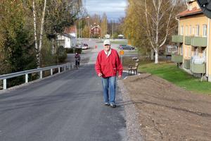 Olov Drebäck har under flera år påtalat behovet av en trafiksäkrare backe upp till Sunnangårdsområdet i Alfta. Men man missade en trottoar, konstaterar han.