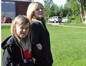 Elsa Haglund och Julia Lissars, ska börja på Fyrklöverskolan respektive Stureskolan till hösten. De tror att det kommer att bli okej, men kommer att sakna lärarna. Foto:Eva Langefalk