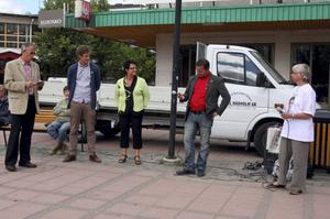 Jan Röhlander (längst till vänster) var moderator när riksdagskandidaterna Emil Källström (C) och Eva Sonidson (S) samt kommunpolitikerna Micael Melander (S) och Anette Lundkvist (C) debatterade på torget i Kramfors.
