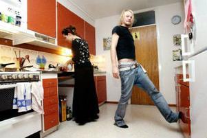 Köket, badrummet och hallen disponeras gemensamt av Staffan Remes och Frida och Linnea Hådén. Men rummena är deras alldeles egna privata område.