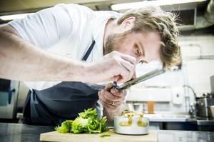 Planera din matlagning, testa nya saker, öva och våga misslyckas. Det är receptet på hur du hittar glädjen i köket enligt kockarna Markus Westh (bilden) och Filip Fastén, som är två av sex kvalificerade kockar som den 7 februari gör upp om titeln Årets kock 2014.