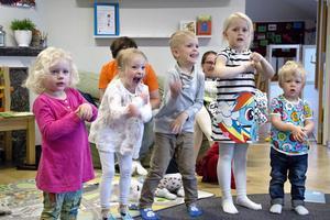 Anna Östgren, Märta Hornéy, Johannes Kling, Milly Gustavsson och lillebror Morris Gustavsson snurrade entusiastiskt på armarna till