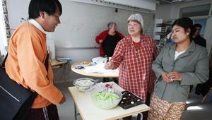 Det bjöds på nationella kakor och smårätter. Khin Htway, till höger, och hennes make Tun, till vänster, bjöd på tilltugg. I mitten står läraren Margareta Wallin.
