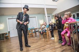 Magikern Robert Ace visade trollkonster för barnen.