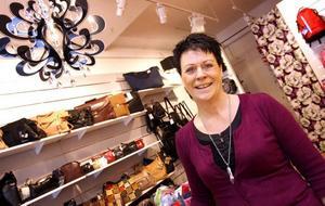 När Karin Lindström blev uppsagd från väskbutiken Allegro valde hon att... starta väskbutik. Sedan slutet av mars ligger Väskor & Annat på Norra Rådmansgatan.