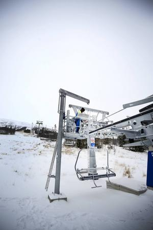 Ett yppigt snöfall skvallrar om att det inte är länge kvar innan liftarna i Trillevallen kan börja gå. Nästa år ska snökanoner garantera liftöppning till jul- och nyårsveckorna. Är det bara tillräckligt kallt så ska vi kunna göra det, säger Sven-Olof Hedin.