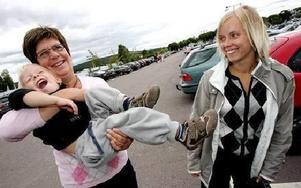 -- Vi hade inget annat att göra så vi tog en sväng hit, säger farmor Lena Wettergren, som håller i barnbarnet Alex Wettergren, och mamma Lena Wettergren. FOTO: TOMAS NYBERG
