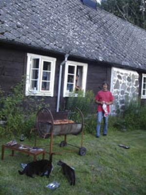 John Lundqvist förbereder middagen i huset på landet i Bosarp i mellersta Skåne.