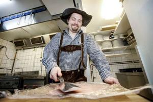– Min personliga favorit är kalvschnitzel fylld med skärvången linus, tartufata, som är svart tryffel, och österrikisk torkad skinka, säger Fredrik Eckhardt och bankar till en schnitzel.