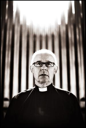 PÅ DUBBLA STOLAR. Sandvikenprästen Ulf Jensius väntas bli kyrkoherde även för Årsunda och Österfärnebo om förslaget till sammanslagning går igenom.