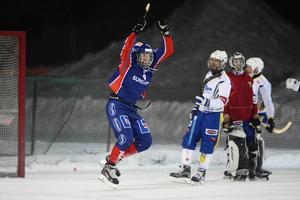 Kalle Högberg gör som publiken på Gärdehov vant sig vid, jublar efter att ha satt bollen i motståndarnätet.