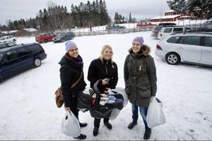 Annelie Olsson, Ingela Molander med dottern Alice Molander Fredriksson och Cia Olsson passade på att handla bland annat lite julklappar på utförsäljningen.