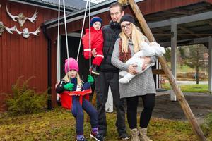 Familjen Törnberg med dottern Annabelle, sonen Charlie i famnen på Ronnie och Elisabeth med nyfödda Louie.