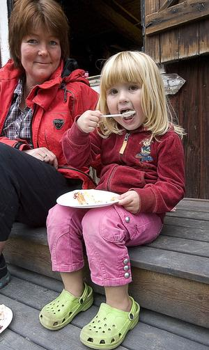 Ulrika Westrin och Elin Hamrin passade på att njuta av tårtan.