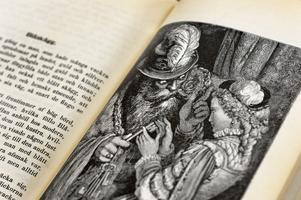Den farlige mannen och den oskuldsfulla kvinnan är ett vanligt motiv i de gamla folksagorna. I Gustav Dorés illustration syns riddar blåskägg och hans sjunde hustru.