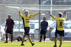Jesper Karlsson jublar efter sitt första mål.