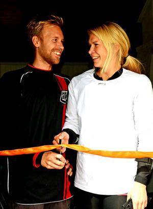 Studenter och säsongsarbetare, Jonas Edlund och Eva Johannesson fick äran att klippa bandet då den nya studielokalen invigdes.