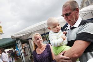 Mimmi och Olle Hansson med sonen Elias var på marknaden för första gången men planerar att komma tillbaka.