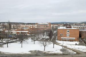Torsbergsgymnasiet till höger ligger granne med Gärdesskolan.