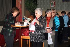 Det var flera åhörare som ville få sina böcker signerade av journalisten och författaren Cecilia Hagen. BILD: TOVE SVENSSON