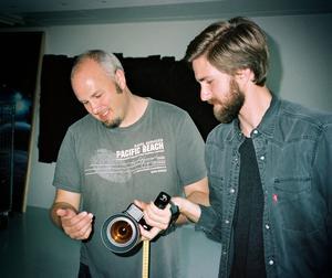 Jamie Noakes på plats i Göteborg där han visar Jonathan Bjerstedt hur super 8-kameran fungerar.