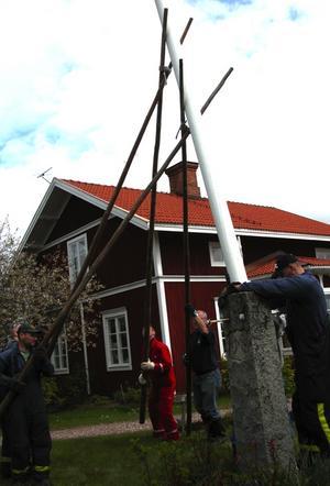 Nedtagning. Den flera decennier gamla flaggstången i Grytnäs var i utmärkt skick. I det här fallet var det problem med flaggstångslinan