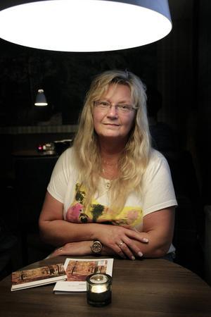 Vigselringen sitter kvar på Lisas vänstra ringfinger och runt halsen har hon Jörgens ring i en guldkedja.