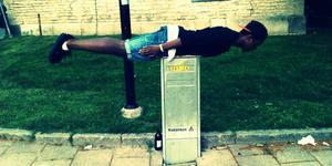 Felix Bongo testar planking utanför Nicolai kyrka.