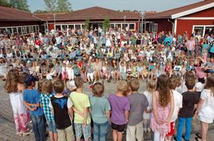TRADITON. Skolavslutningen på Sörgärdet hölls som tradition vid ingången till skolan. Efter alla uppträdanden blev det fika på gården.