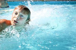 MEN VEM? En av tvillingarna i simtagen, men vem är det? Jakob eller Gabriel?!