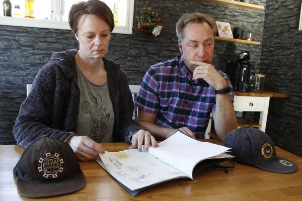 Susanne och Johnny Johansson är upprörda över behandlingen de fick på sjukhuset när sonen blev så svårt skadad i en trafikolycka att de måste stänga av respiratorn.