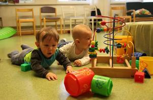 Manfred och Amanda gillar leksakerna som finns i familjecentralens nyöppnade lokaler.