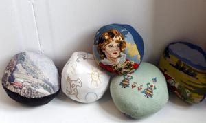 Stenbollar med berättelser i textil. Av Eva Österberg.