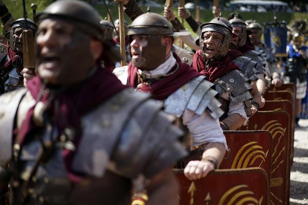 Mer av den romerska dygden gravitas efterlyses i svensk politik.