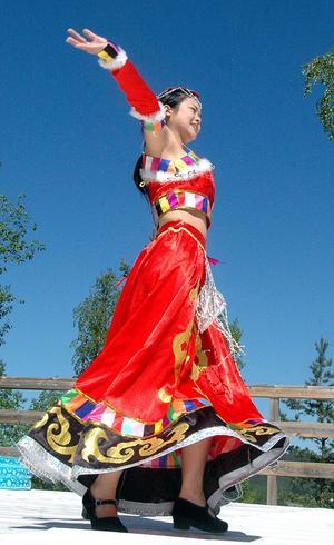 Salina från China genomförde en kinesisk dans i sin vackra dräkt.