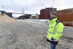 Thomas Olaspers, VD för Siljan Timber med en av de fliscontainers i bakgrunden som skulle ha gått med järnväg.