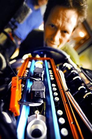 Urban Carlson, vd för Cargine, granskar den fyrcylindriga toppen som används i testlabbet. Ventilstyrningsmodulerna sitter lättåtkomliga ovanpå toppen. Foto: Stefan Nilsson