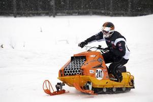 DROG PÅ. Anders Hansson drog på med sin racingmaskin, en 380 RX. Finns bara i tre exemplar.