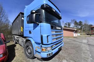 Den beslagtagna lastbilen med container som var fullastad med alkohol och tobak.