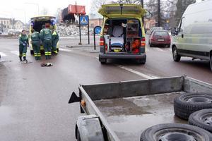 Mannen skadades när han kom springande och kolliderade med en släpvagn på ett övergångsställe vid Statoilrondellen.