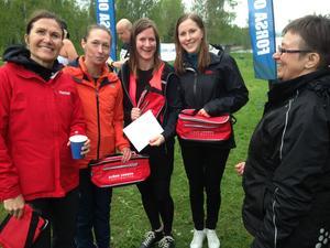 Tjejerna i Team Sundsvalls lag var mycket nöjda efteratt ha fullföljt Borgarloppet. Här får de välförtjänt pris av Marita Sandberg.
