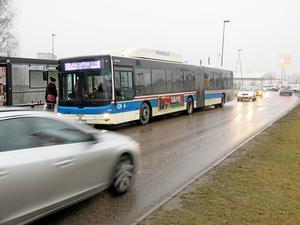 Bussen först. Prioriteringen av busstrafiken skapar i bland köer för bilister vid hållplatserna.Foto: Yngve Fredriksson