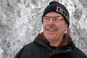 Göte Bergqvist sköter om fågelmatningen vid Naturrum.