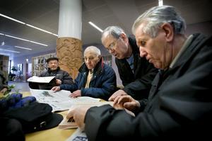 Varje dag i veckan kommer ett gäng bosnier till biblioteket för att läsa dagstidningar och prata bort en stund.