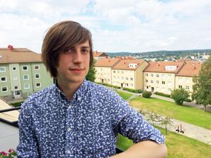 Jesper Norberg på balkongen i lägenheten där allt skapande tar form.