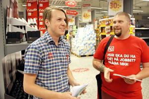 Butiksbiträdet Anton Pettersson valde att gå med i facket när Viktor Ryberg och Johanna Rydström från LO och Handels kom på besök.