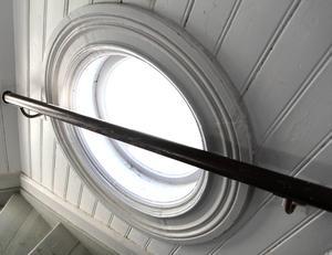 Öjevillans trapphus är ett runt torn med runda fönster.