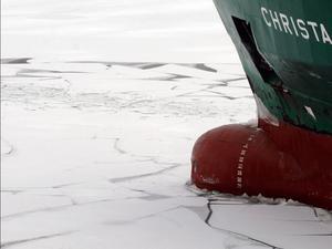 Stark. För att en båt ska kunna ta sig fram genom is måste den vara tillräckligt stark i skrov- och maskinkonstruktion. Fartyg som vanligen trafikerar tropiska vatten har därför fått vänta längre på att gå upp till Bottenhavet. Bilden är tagen i ett annat sammanhang.