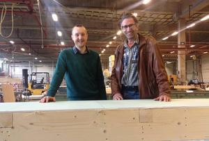 Ett tre år långt projekt är över. Nu har byborna och företagen i Linghed tillgång till fiber. Jonas Fallgren (till vänster) och Jakob Ebner tror att fiber är en viktig framtidssatsning.