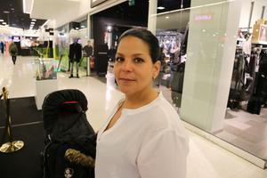 Cindy Jenssen, 34, personlig assistent, Västerås, i vagnen gömmer sig  Aylin, snart fyra månader: